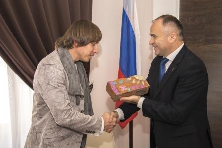 Глава администрации Феодосии Станислав Крысин и его Заместитель Роман Устинов получили билеты на бесплатное посещение «Волшебного театра»