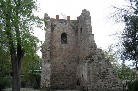 Средневековая башня Константина в Феодосии разрушается и требует немедленной реставрации