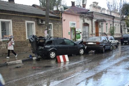 В Феодосии водитель на «Ниссане» умудрился разбить 4 машины