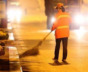 Феодосийские власти попросили коммунальщиков убирать центр города до 8 часов утра
