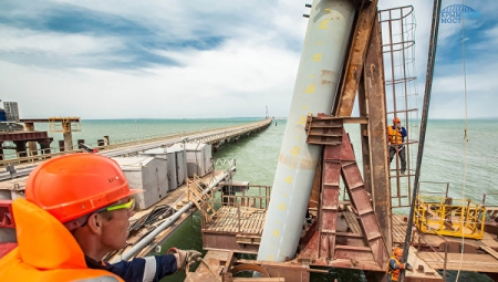 Строители Крымского моста возвели за новогодние праздники ещё две опоры