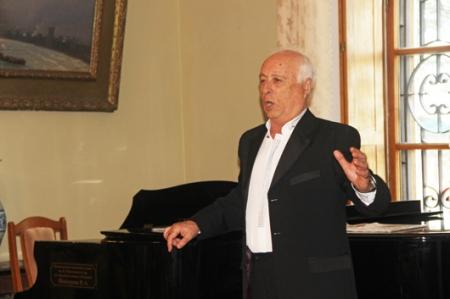 Заслуженный артист Крыма Ефим Заславский споет в феодосийской галерее Айвазовского в честь 8 марта